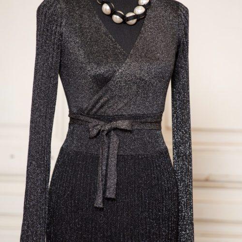 Schwarzes Abendkleid mit Perlenkette